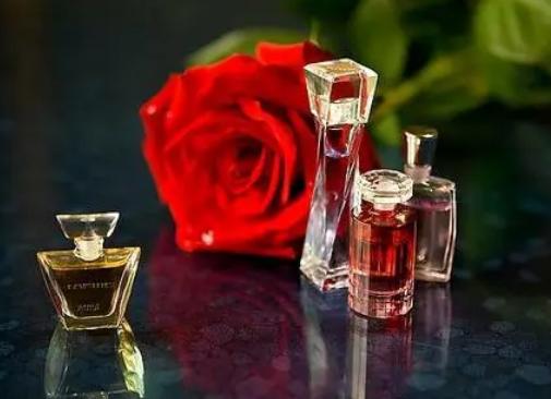 玫瑰精油的价格是多少 玫瑰精油的价格是多少一瓶
